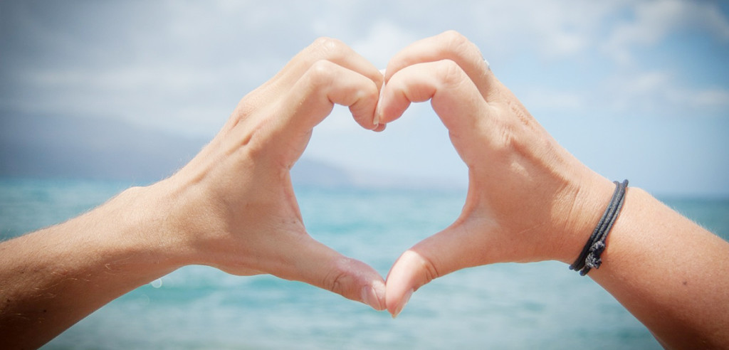 blog-loving-yourself-heart-hands-beach